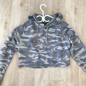 Sweaters - Camouflage cropped hoodie